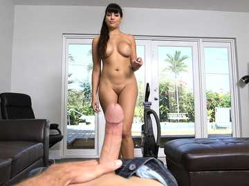 Curvy Latina brunette Mercedes Carrera gives an excellent blowjob