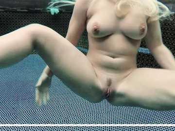 Hadley Viscara gives her man fine blowjob with balls licking after the pool