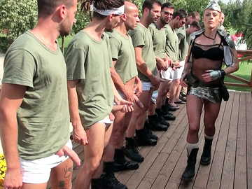 Demanding mature guard Brittany Bardot organized outdoor blowjob session