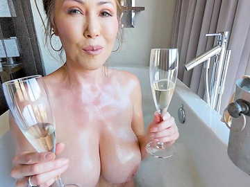 Busty stepmom Kianna Dior shares bath and mouth with her stepson